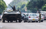 11月15日、アフリカ南部ジンバブエの首都ハラレの街角に現れた軍の戦車。(AFP/Getty Images)