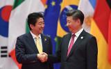 G20で握手する安倍首相と習近平主席 (Getty Images)