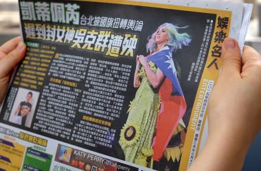 2015年4月、台北公演の最中に台湾の旗をまとう米人気歌手ケイティ・ペリーさん(SAM YEH/AFP/Getty Images)