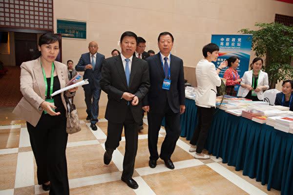11月17日、宋濤・中国共産党中央対外連絡部長(前列左から2番目)が特使として北朝鮮に到着した。写真は2016年5月17日中国北京で開催された第5回中国・欧州政党ハイレベルフォーラムに出席した宋濤氏の様子。(大紀元資料室)