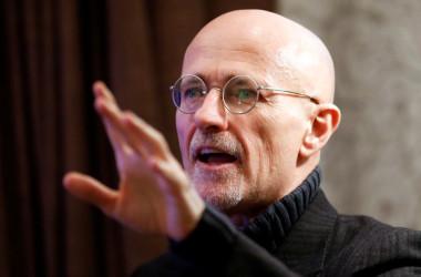 19日、オーストリアのウィーンで会見し、世界初の頭部移植に成功したと発表したセルジオ・カナヴェッロ医師(Getty Images)