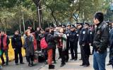 当日に裁判所前に集まった人権派弁護士の妻たちは警官らに止められ、裁判を傍聴することができなかった。(ツイッター写真)