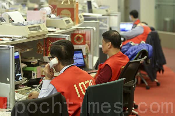 2014年香港と上海株市場の相互取引制度「滬港通」が導入以降、莫大な資金が中国本土から香港市場に流入した。専門家は今後激しい値動きに警戒するよう呼び掛ける。写真は香港証券取引所の様子だ。
