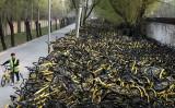 中国国内自転車シェアリング企業がこの半年の間、相次いで6社倒産した。写真は北京市にある廃棄されたシェアリング用自転車の収集場の様子。(Kevin Frayer/Getty Images)