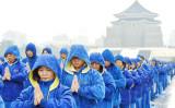 台北市の中正紀念堂の広場で気功動作を行う法輪功学習者(大紀元)