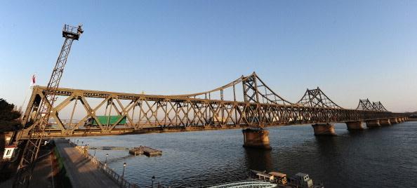 中国外交部はこのほど、中朝国境にある中朝友誼橋を修復するために近く臨時閉鎖すると発表した。(FREDERIC J. BROWN/AFP/Getty Images)