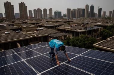 武漢で太陽光パネルの点検をする作業員(Kevin Frayer/Getty Images)