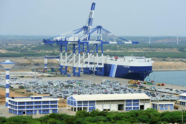 スリランカ政府はハンバントタ港の99年間の運営権を中国に渡した。(LAKRUWAN WANNIARACHCHI/AFP/Getty Images)