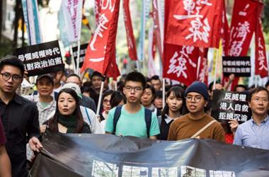 中国当局の駐香港高官がこのほど、香港の一国二制度を否定する発言を相次いだ。写真は、12月3日香港で行われた大規模な民主化デモの様子。(ISAAC LAWRENCE/AFP/Getty Images)