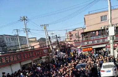 国際人権日の12月10日に北京市各地で、当局の低所得層の出稼ぎ労働者に対する強制退去措置に抗議するデモが相次いで起きた。(ネットユーザーが中国SNS微博に投稿した写真)