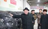 金正恩氏は12月3日、中朝国境に接する慈江道の鴨緑江タイヤ工場を視察(AFP/Getty Images)
