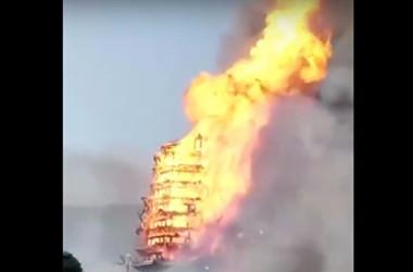 中国四川省綿竹市九龍鎮にあるアジア一の高さを誇る16層木造仏塔が火事で焼失した。(スクリーンショット)