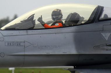 2013年1月23日、台湾空軍基地で行われた軍事演習に米製F-16戦闘機が参加した。(Photo credit should read SAM YEH/AFP/Getty Images)