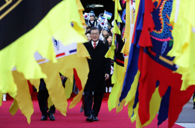 11月、ウズベキスタン大統領を迎えた韓国の文在寅大統領(Chung Sung-Jun/Getty Images)