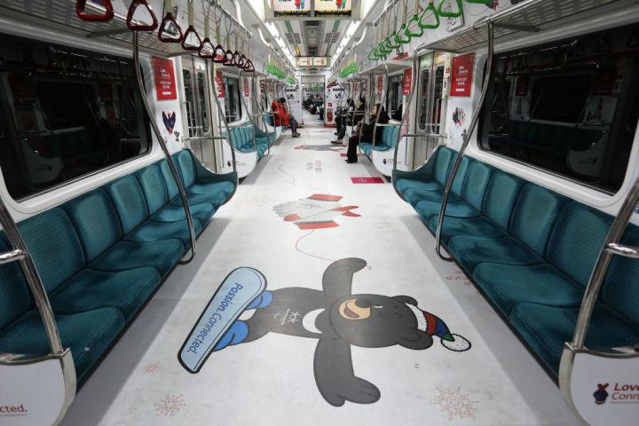 韓国ソウル市内の地下鉄。2018年2月に開幕する平昌オリンピックについて広告されている(Chung Sung-Jun/Getty Images)