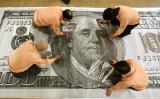 北朝鮮で製造された偽ドルを原寸の400倍まで拡大して、識別を行っている松村ラテクノロジー社(東京)。写真は2006年に撮影されたもの。(KAZUHIRO NOGI/AFP/Getty Images)