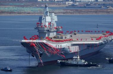 2017年4月、遼寧省大連で披露された中国で2隻目となる空母『001A型』(STR/AFP/Getty Images)