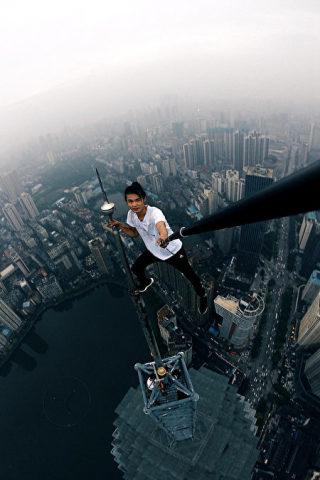 命綱なしで空中でポーズをとる呉永寧さん(本人微博)