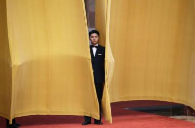 経団連、日本商工会議所などで構成する訪中団は11月21日、北京の人民大会堂で李克強首相と会談。会議外の会場警備員(JASON LEE/AFP/Getty Images)