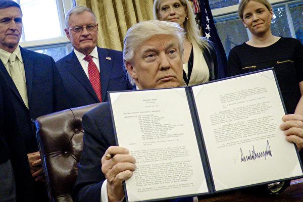 12月21日、トランプ大統領は人権侵害に加担した外国人13人を制裁する命令に署名した。(Pete Marovich–Pool/Getty Images)