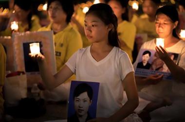 米ワシントンで開かれた法輪功迫害停止の集会に母親とともに参加する徐鑫洋さん(明慧ネット)