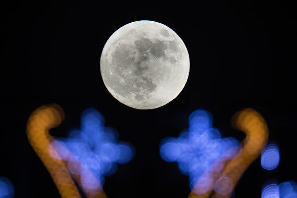 新年早々、世界各地でスーパームーンが観測された。(Matt Cardy/Getty Images)