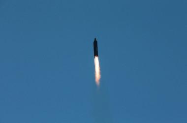 北朝鮮が2017年5月14日に発射したミサイル「火星12」(STR/AFP/Getty Images)