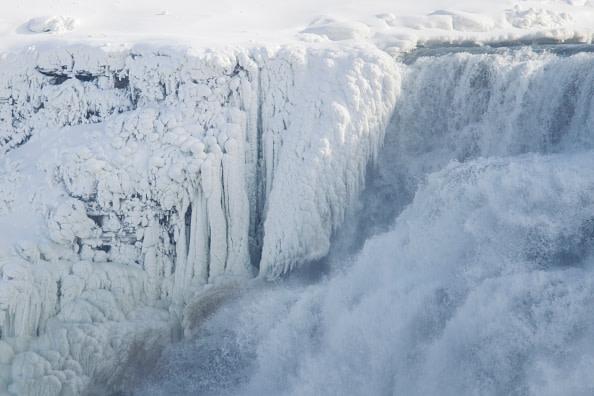 2018年1月3日、ナイアガラの滝。寒波に見舞われ滝は真っ白に(GEOFF ROBINS/AFP/Getty Images)