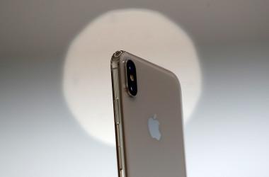 昨年9月に発売された米アップル社の主力製品iPhone 8。(Justin Sullivan/Getty Images)