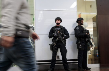 2017年12月、ニューヨーク市郵便局の付近を警備中の現地警察官(Drew Angerer/Getty Images)