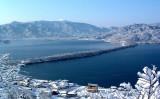 冬の天橋立は雪景色が魅力。特に寒い日の朝には松の上まで雪に覆われますが、日が昇り気温が上がると松の雪が解け落ちるため、その希少さから「幻の景色」とも言われています(京都府)