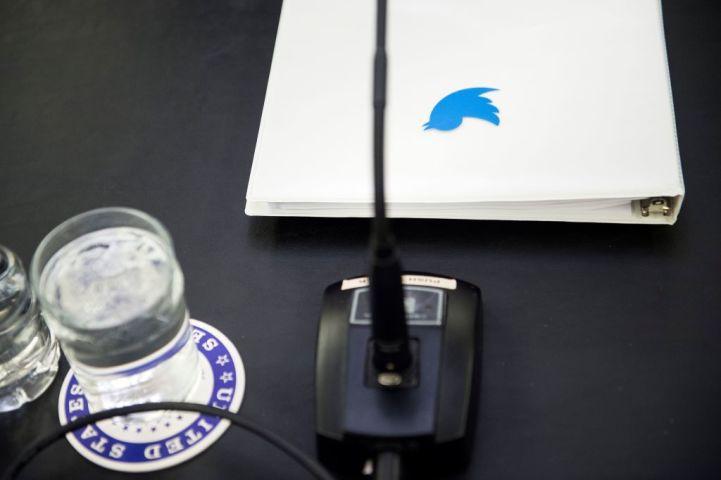 米ワシントンのキャピタルヒルで開かれた会議で配布されたTwitter社の資料、1月17日撮影(BRENDAN SMIALOWSKI/AFP/Getty Images)
