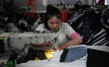 北京の縫製工場で働く女性。写真は2017年10月に撮影したもの。(GREG BAKER/AFP/Getty Images)