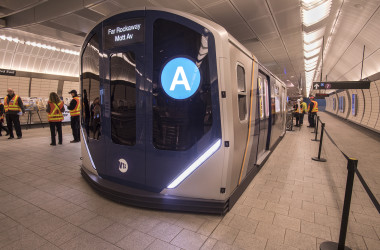 川崎重工業が受注する見通しになったニューヨーク市交通局の新型地下鉄車両の模型。NYCTが公開した。(Flicker)