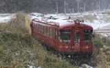 西舞鶴駅と天橋立駅間を運行しており、奈具海岸や由良川橋梁などの雪と海が織りなす絶景が楽しめる丹後あかまつ号(京都府)