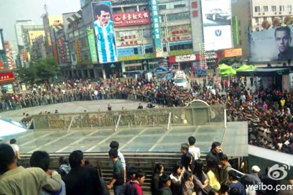 中国江蘇省南京市ではこのほど、大規模な抗議デモが発生した。省政府はデモ鎮圧に、全省各地から6000人の警察官を集約した。(中国SNS微博より)