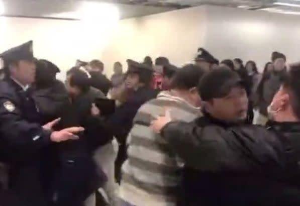 成田空港で25日、日系格安航空会社(LCC)の欠航便対応に不満を募らせた中国人客が騒動を起こし、警察が対応した。一人が傷害容疑で逮捕された(動画スクリーンショット)