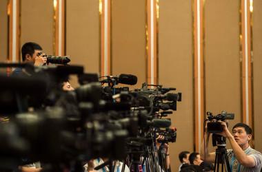 四川省成都で開かれたG20サミットを取材する報道関係者、参考写真(FRED DUFOUR/AFP/Getty Images)