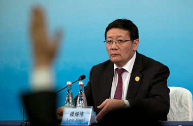 中国の楼継偉・前財政部部長はこのほど、中国の金融システムリスクに警鐘を鳴らした。(Ng Han Guan-Pool/Getty Images)