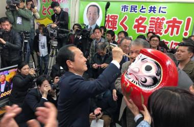 2月4日夜、当選確実との報を受けて達磨に目を描く、沖縄名護市長選候補者・渡具知武豊氏(@toguchitaketoyo)