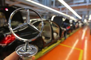 独メディアによると、中国自動車大手吉利汽車が、独高級車メルセデス・ベンツの親会社であるダイムラーの株式買収を検討している。買収案が成功すれば、吉利汽車はダイムラーの筆頭株主になるとの見通しだ。(Thomas Niedermueller/Getty Images)