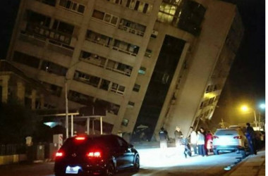 大きく傾いた花蓮市の著名ホテル「統帥大飯店」は下層階がつぶれ、大きく傾斜した(ネット写真)