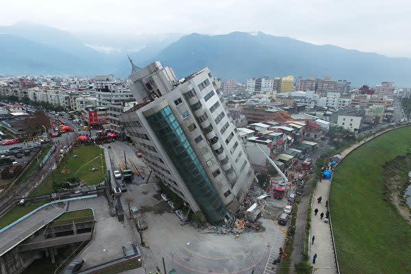 台湾花蓮県で6日深夜、マグニチュード6.4の地震が発生した。写真は地震の影響で大きく傾いた店舗や住居が入っている「雲門翠堤ビル」。(中央社より)