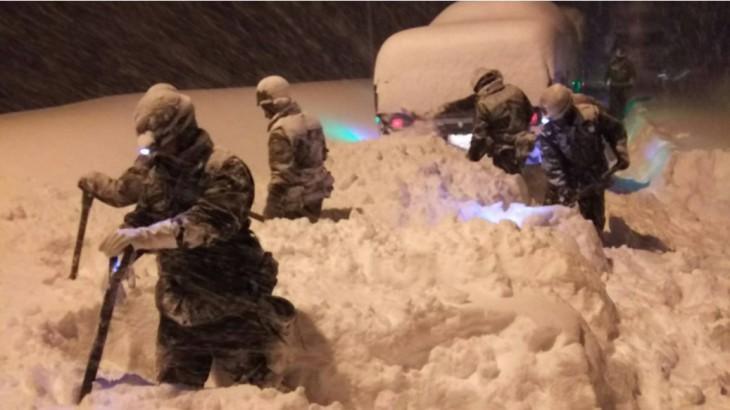 災害派遣された陸上自衛隊が7日、国道8号線の除雪作業を行っている(@JGSDF_pr)