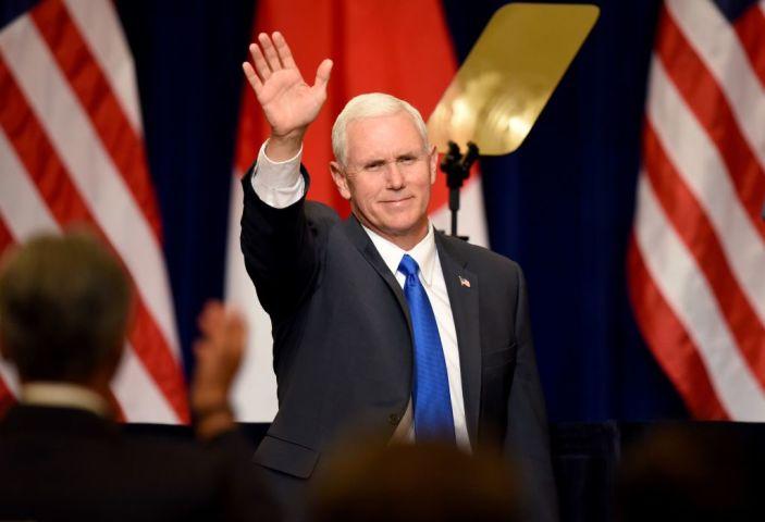 マイク・ペンス米副大統領はFOXニュースとのインタビューで北朝鮮に対して「非核化に合意しなければ、リビアのように終わるだけ 」だと警告した(TORU YAMANAKA/AFP/Getty Images)