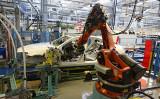 ドイツ産業用ロボットメーカー・クーカが2016年中国企業の美的集団に買収された。写真は、自動車メーカー・ダイムラー社の生産ラインで作業するクーカのロボット。(Thomas Niedermueller/Getty Images)