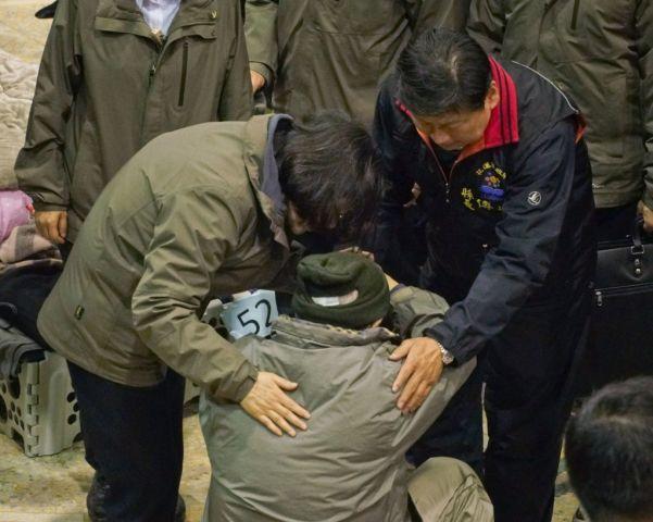 蔡英文総統は8日、避難所で被災者を見舞う(PAUL YANG/AFP/Getty Images)