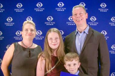 ダレン・キャレイ(Darren Carey)氏と家族は2月10日、シドニー・リリックシアターで行われた神韻公演を鑑賞。NTDの取材に対し、舞台上の表現者たちについて「温かな心がある」と述べた(NTDTV)