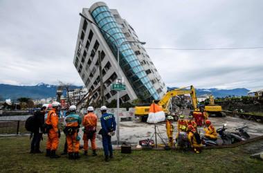 6日深夜起きた台湾地震で倒壊した12階建て集合住宅兼ホテル「雲門翠堤大楼」。(ANTHONY WALLACE/AFP/Getty Images)