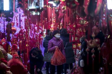 2月10日、旧正月を祝う飾りが売られている上海の市場(JOHANNES EISELE/AFP/Getty Images)